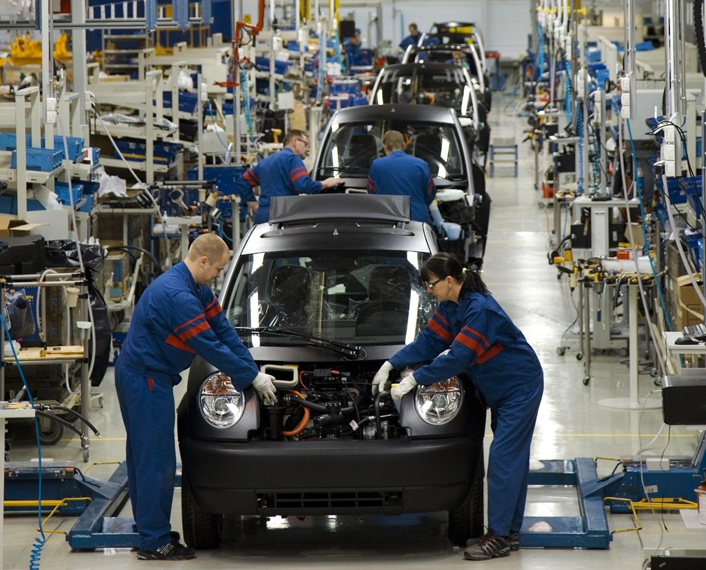 How are professionals hired in an automotive company